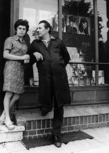 Elżbieta i Tadeusz Łuczyńscy przed zakładem fotograficznym
